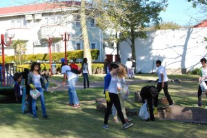 About thirty students from YOUTHinkGreen clean up Zoo Park